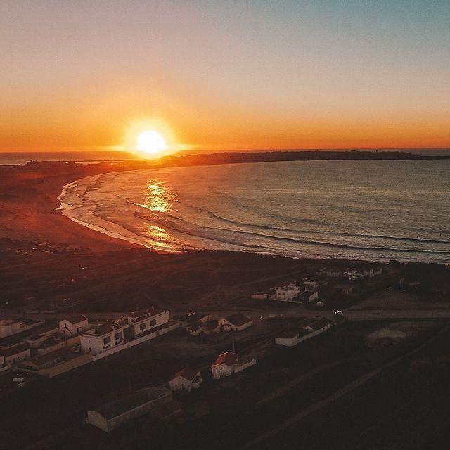 Um momento sereno enquanto o sol mergulha na linha do horizonte, sobre o mar. 🙏