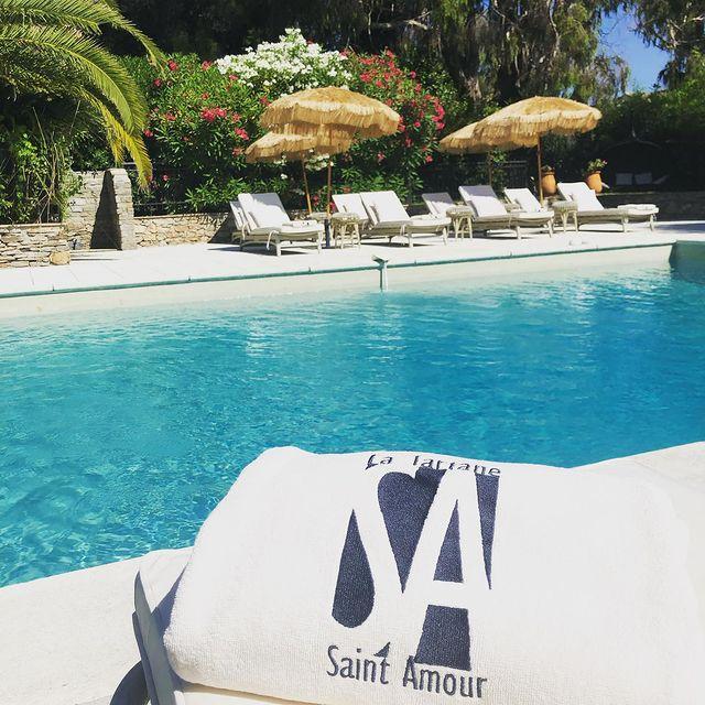 Avec un été qui s'annonce chaud 🔥, venez profiter d'un moment paisible au bord de la piscine 💦 du Saint Amour.  #saintamourlatartane #maisontournier #sainttropez #sttropez #hotelsainttropez #hotel #restaurant #luxury #summeroflove #pool #swimingpool #nicepic #theplacetobe #lovelyfood #keepcalm #naturalplace #boutiquehotel #spa #thisissainttropez #chill #poollunch #instafood #lovethisplace #luxuryhotel #interiordesign #hoteldesign #luxurytravel