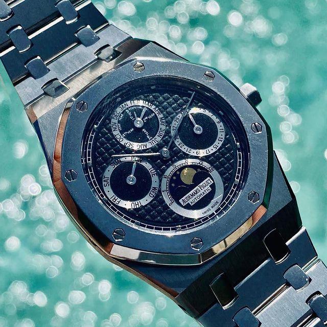 Stunning Audemars Piguet Royal OAK Perpetual Calendar  39mm Steel & Platinum 25820sp 🤯 #royaloakperpetualcalendar #25820sp #royaloak #audemarspiguet #audemarspiguetroyaloak#collectorspiece #collectorspieces #horology #menswatch #watches #luxurywatch #swisswatches #swisswatch #timepiece #watchmaking #collectorsitem  #wristshot #watchoftheday #apcollector #watchaddict #watchcollector #watchfam #watchmania #luxurywatches