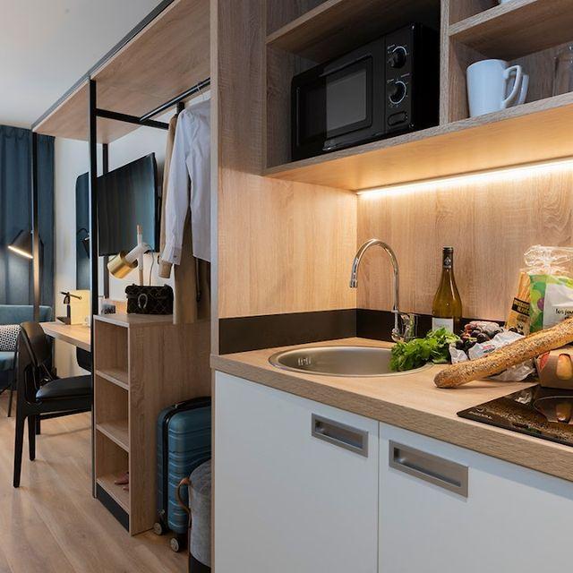 Pas de temps à perdre pour un bon repas au Tulip Café ? 😳 Profitez d'agréables kitchenettes spacieuses et design pour cuisiner de bons petits plats comme si vous étiez chez vous !  Posez vos valises.  Accrochez vos vêtements aux cintres.  Admirez la vue.  Profitez, détendez-vous. On s'occupe de tout pour un séjour parfait !  #PerfectStay #StayLiveEnjoy #CityBreak #TakeCare #WelcomeHome #aparthotel #hotel #travel #tourism #apartments #TulipResidence #hotels #tourisme #servicedapartments #businesstravel #familytravel #travel #instatravel #worktravel #citadines #serviceresidence #instadaily #instatravel #hotelstyle #hotelstays #hotelholidays #luxuryhotel #luxuryhotels #hotelrooms #hoteldesign