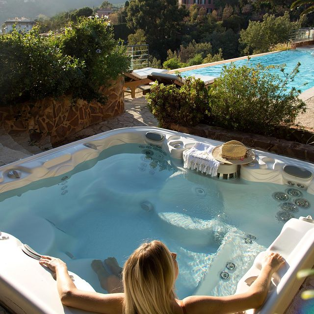 Mercredi après-midi. 17h05. L'heure de buller dans notre jacuzzi.  ——  Wednesday afternoon, 5:05 p.m.: time to laze around in our Jacuzzi.  #YaktsaCotedAzur #TiaraHotels #RelaisChateaux #DeliciousJourneys #poolday #poolsidevibes #poolgoals #jacuzzitime #bubblebath #relaxtime #dontworrybehappy #spadays #cotedazur #momentdetente #southoffrance #enjoytheview #relaxation #pamper #prendresoindesoi #vacationmode
