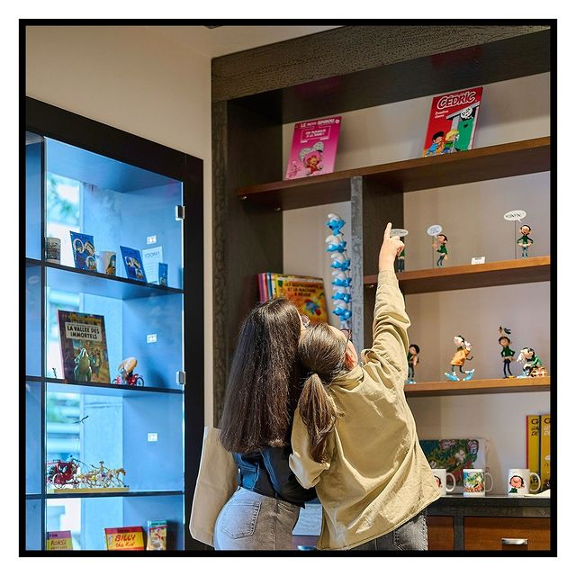 There are multiple meeting places for heroes and visitors: arcade, library, movie club and game room will spice up the guests' stay at Yooma Urban Lodge.   Have you spotted your favorite comic figure yet in our feed? Come at Yooma Hotel and stay in a room decorated with your favorite hero! 🤩  #yooma #yoomahotel #yoomabrussels #comicstrip #citytrip #open #newhotel #brussels